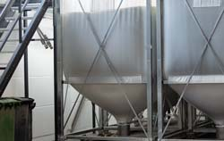 Granulati plastici in un silos