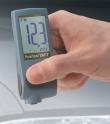 Lackdicke - Messgerät bei der Prüfung der Motorhaube.