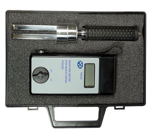 Des Altpapier-Feuchtemessgerät PCE-W3 im Aufbewahrungskoffer