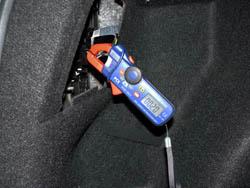 Ampere - Messinstrument im Einsatz an einer KFZ-Rückleuchte