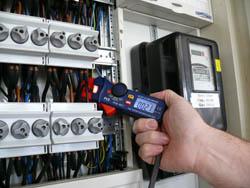 Ampere - Messinstrument im Einsatz an einem Schaltschrank