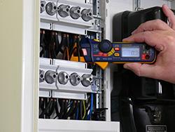 Amperemesser im Einsatz an einem Schaltschrank