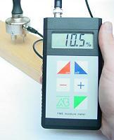 Messgerät FME bei der Messung der Holzfeuchtigkeit