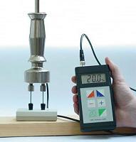 Messgerät FME bei der Eichprüfung am Eichblock