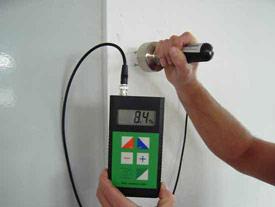 Das Baufeuchtemessgerät FMC bei einer Feuchtemessung.