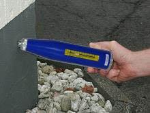 Betonprüfhammer im praktischen Einsatz an einer Wand.
