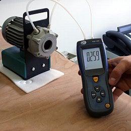 Anwendung des Differendruck-Manometer an einer Vakuumpumpe