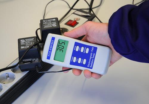 Das Elektrosmog-Messgerät bei der Überprüfung von Netzteilen.