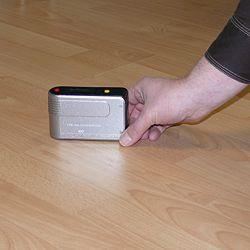 Glanzmessgerät PCE-GM 50 bei der Messung einer Fußbodenfläche