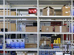Grossanzeige für Temperatur und Feuchte in einer Lagerhalle