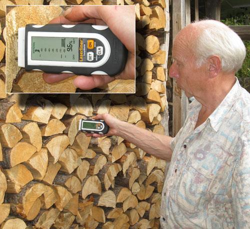 Das Materialfeuchtemessgerät DampMaster bei der Feuchtemessung im Kiefernholz
