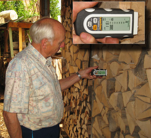 Das Materialfeuchtemessgerät DampMaster bei der Messung in Buchenholz