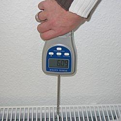 Kraftmessgerät bei der Ermittlung der Gewichtskraft