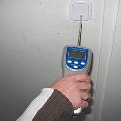 Kraftmessgerät bei der Ermittlung der benötigen Schalterkraft