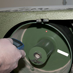 Der Laser Umdrehungsmesser bei einer kontaktlosen Messung.