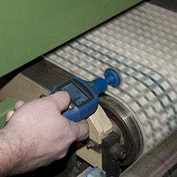 Der Laser Umdrehungsmesser bei einer Kontaktmessung an einem Förderband.