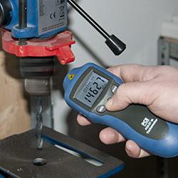 Der Laser Umdrehungsmesser bei einer kontaktlosen Messung an einer Bohrmaschine.