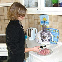 Das PCE-IR 100 bei der Auftautemperaturmessung von Fleisch.