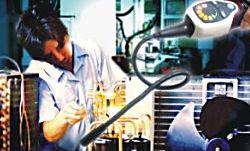Lecksuchgerät PCE-LD 1 bei der Verwendung an einer Kältemittelpumpe