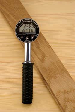Holzfeuchtigkeitsmesser PCE-WHM2 im Einsatz
