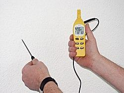 Psychrometer bei der Messung der Wandtemperatur.