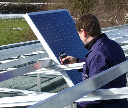Solarmessgerät PCE-SPM 1 im Einsatz bei einer Solaranlagenmontage