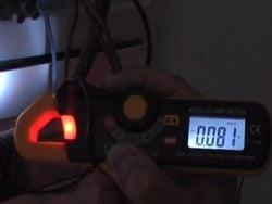 Mini – Stromzangenmessgerät FC-33, geeignet für Messungen dunkeln.