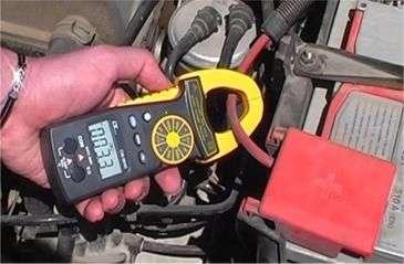 Zangenamperemeter CM-9940 beim prüfen des Stromes beim Startvorgang.