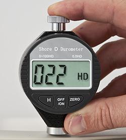 Hier sehen Sie das Digital-Durometer PCE-DD D bei einer Anwendung
