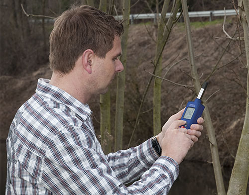 Das Feuchtemessgerät PCE-555 bei der Messung im Freien.