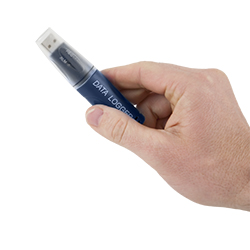 Hier sehen Sie das Feuchtemessgerät als Größenvergleich in einer Hand.