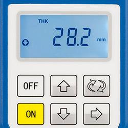 Materialdickenmessgerät führt Messung durch