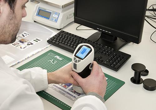 Qualitätskontrolle einer Druckprobe mit dem Farbmessgerät PCE-TCR 200