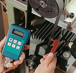 Abstand des Riemenspannungsmessgerät zwischen Antriebsriemen und der Riemenspannungsonde