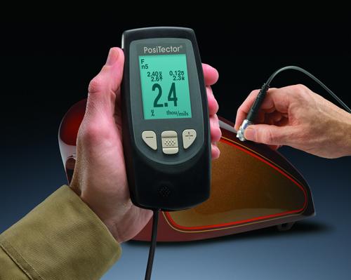 Hier sehen Sie das Schichtdickenmessgerät PT-FN bei einer Schichtdickencontrolle an einem Motorradtank