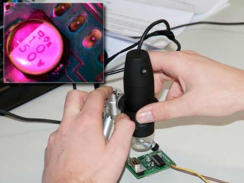 Das UV-USB-Mikroskop PCE-MM 200UV bei der Kontrolle einer Platine.