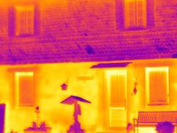 Wärmebildkamera: Unterschied zwischen einer gedämmten und ungedämmten Fassade