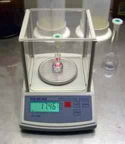 Frontansciht der Tischwaage (PCE-BS 300 im Laboreinsatz)
