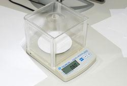 Flächengewichtswaage bei der Ermittlung des Flächengewichtes