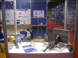 Die Geräte werden auf der Messe in Vitrinen präsentiert: Mess- und     Wiegetechnik.