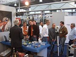 Besucher bei der Messe in Italien: Mess- und Wiegetechnik.