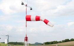 Lüftungskontrolle mittels Staurohr-Anemometer mit Pitotrohr in der Fabrik.