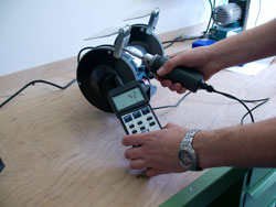 The torque meter PCE-TM 80 measuring the torque moment in a grinder.