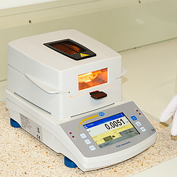 Precision Balance PCE-MA 50X in use