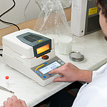 Moisture Test Instrument PCE-MA 110 application