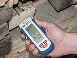 Multifunction Moisture Tester for Wood PCE-MMK 1 in Hand