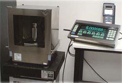 Calibración de una balanza en el laboratorio de calibración.
