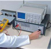 Calibración de un multímetro en el laboratorio de calibración.