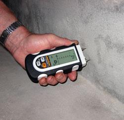 Comprobación de la humedad en una pared con el medidor de humedad DampMaster