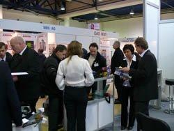 Sector de equipos de pesaje: Irina Holzman y Hilmar Vielhaber asesorando sobre los equipos de medición y pesaje.